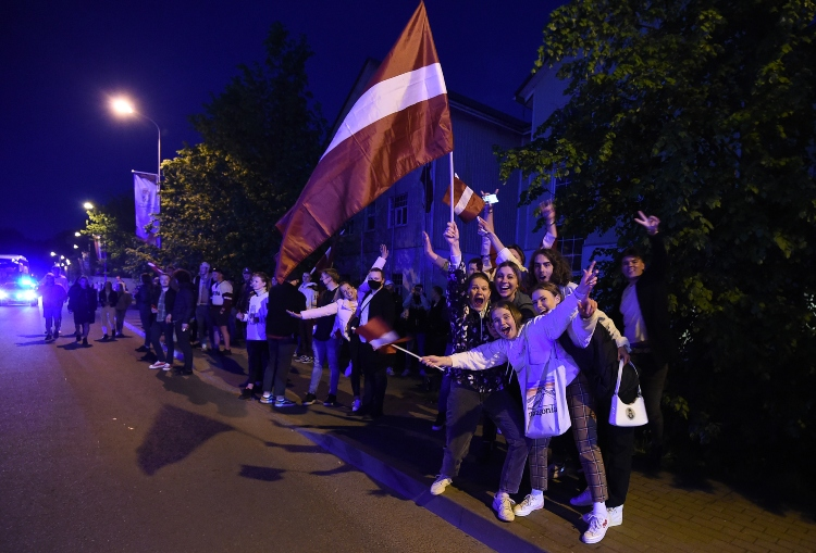 Latvijas izlases fani sagaida Latvijas hokejistus pēc panākuma ar Kanādu, likmetv